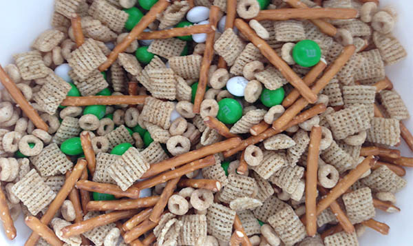 Easy St. Patrick's Day Snack Mix, make this in less than 5 minutes!